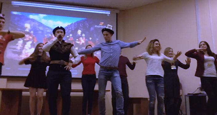 Россияне в Москве станцевали кыргызский танец кара жорго