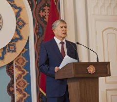Президент Алмазбек Атамбаев ишеним грамоталарын тапшыруу салтанатында.