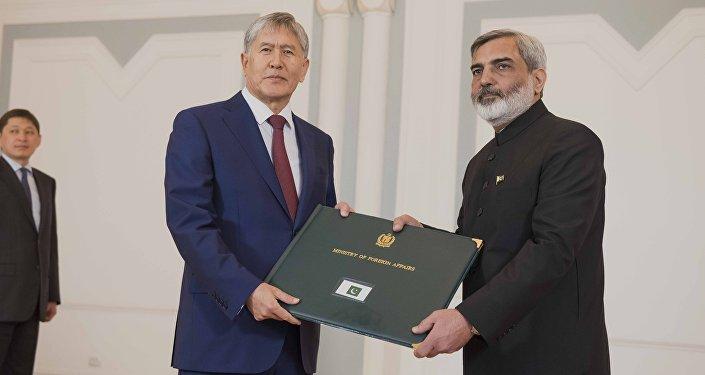 Президент Кыргызстана Алмазбек Атамбаев и Чрезвычайный и Полномочный Посол Республики Пакистан в КР Кази Хабиб Ур Рехман