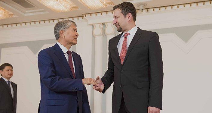 Президент Кыргызстана Алмазбек Атамбаев и Чрезвычайный и Полномочный посол Венгрии в Кыргызской Республике Андраш Барани