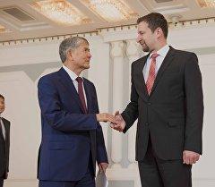 Президент Кыргызстана Алмазбек Атамбаев и Чрезвычайный и Полномочный посол Венгрии в Кыргызской Республике Андраш Барани на церемонии вручения верительных грамот послами девяти государств.