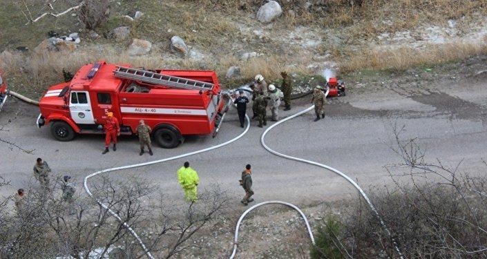 Сотрудники МЧС и пожарных служб во время учений. Архивное фото