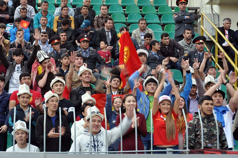 Кыргызстандык күйөрмандар. Алар ат арытып дал ушул беттеште футболчуларды колдоо үчүн келишкен
