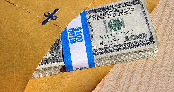 Сто долларовые купюры в конверте. Архивное фото