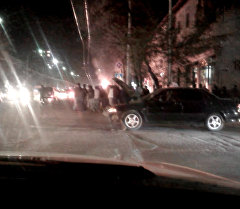 Бишкектин чок  ортосунда жол кырсыгына кабылган автоунаа күйүп кетти.