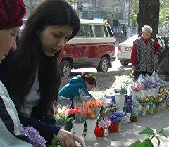 Бишкектиктер пенсионерлердин гүлдөрдүн кыя өтпөй сатып ала башташты