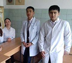 Эл аралык олимпиадага барат турган Кыргыз мамлекеттик медициналык академиясынын студенттери.