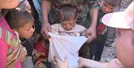 Жители Алеппо с детьми получали пакеты с гумпомощью от российских военных