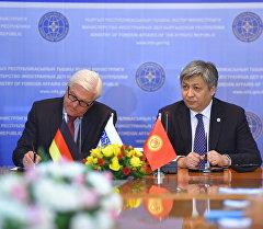 Кыргызстандын ТИМ башчысы Эрлан Абдылдаев жана Германиянын тышкы иштер министри Франк-Вальтер Штайнмайер.