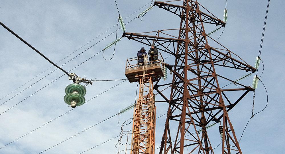 Ремонтные работы высоковольтных линий электропередач. Архивное фото