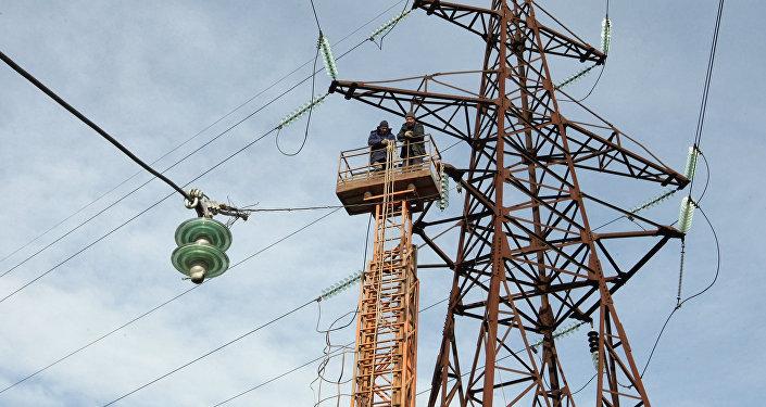 Ремонт высоковольтных линий электропередач. Архивное фото