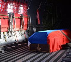 Гроб с телом российского летчика Су-24 Олега Пешкова в салоне самолета ВВС Турции перед официальной церемонией передачи тела.