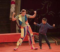 Сахнадагы цирк артисти. Архив
