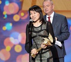Вручение приза в номинации Лучший фильм стран СНГ и Балтии за фильм Небесное кочевье, на XXIX церемонии вручения конопремии НИКА