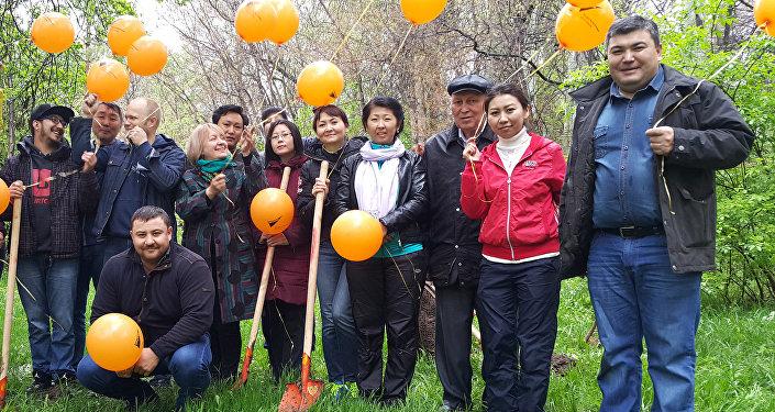 Эстафета Кыргызстандын мамлекеттүүлүгүнүн 25 жылдыгына арналган Тарых жана маданият жылынын алкагындагы Бир жаран — бир көчөт долбоорунун негизинде жүрүп жатат