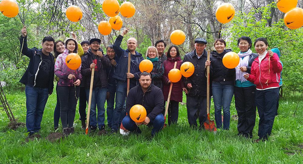 Sputnik Кыргызстан агенттигинин эмгек жамааты Кара жыгач сейил багына 35 көчөт отургузуу учурунда