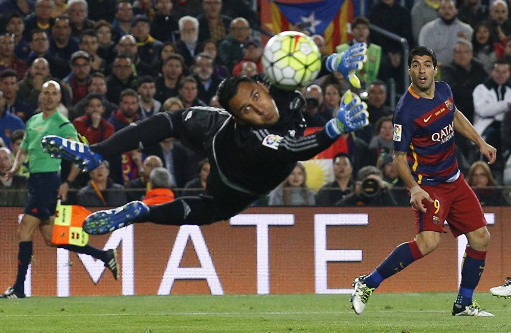 Мадрид клубунун дарбазачысы Кейло Навас чабуулчу Луис Суарестин соккусун тосуп жатат