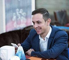 Ведущий и квнщик Владимир Бабурин во время интервью. Архивное фото