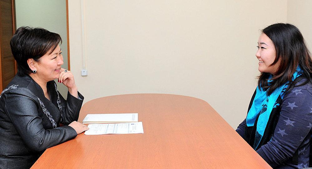 Вице-премьер-министр Гульмира Кудайбердиева  и участница танцевальной группы Тумар Самыйбек кызы Адине.