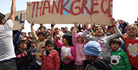 Беженцы с детьми вышли с плакатами на митинг в Хиосе против их выдачи Турции