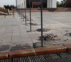 Бишкек шаарындагы Ала-Тоо аянтынын борбордук бөлүгүнө коюлуп жаткан тосмолор