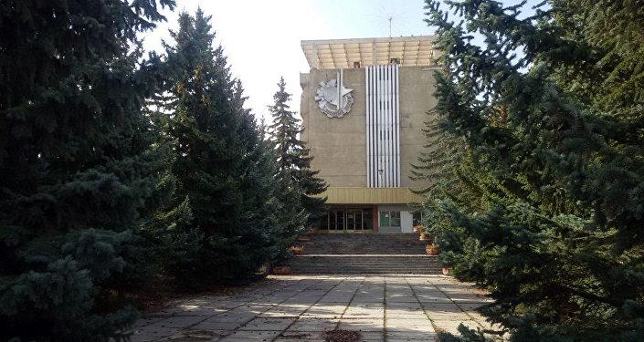 Здание на территории пансионата Золотые пески, расположенный в селе Бостери Иссык-Кульского района. Архивное фото