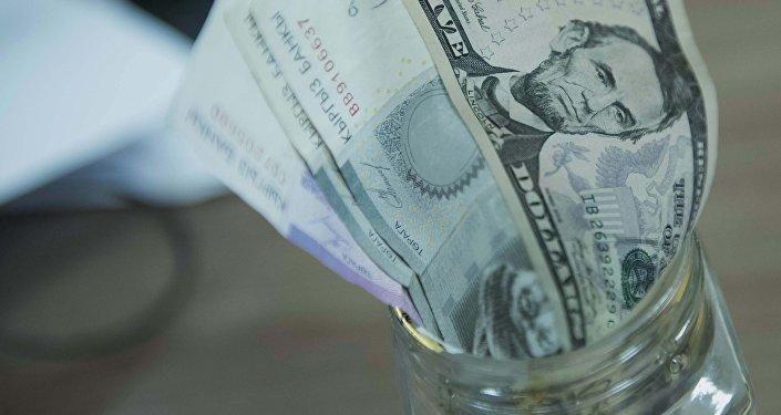 АКШ доллары жана сом купюралары. Архив