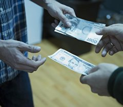 Люди обмениваются долларовым и сомовыми валютами. Архивное фото