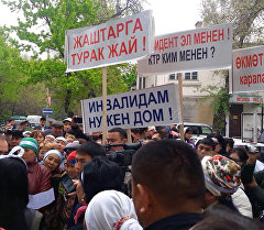 Жаалданган жарандар жана кыйкырык - КТРК имаратынын алдындагы митинг