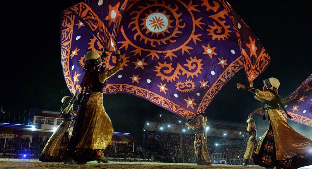 Участники танцевальной группы во время I Всемирны Игр Кочевников в Кыргызстане. Архивное фото