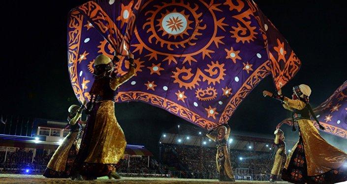 Участники танцевальной группы во время I Всемирных Игр Кочевников в Кыргызстане