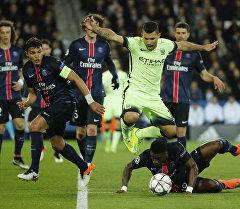 Англиянын командасы Манчестер Сити оюнчусу Кун Агуэро ПСЖ футболисттеринин арасында.