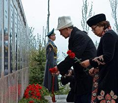 Президент Алмазбек Атамбаев баштаган бийлик өкүлдөрү Ата Бейит мемориалдык комплексинде