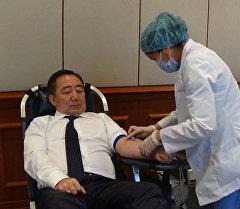 Кыргызстандын министрлери онкологиялык жактан оорулуу балдар үчүн кан тапшыруу учурунда