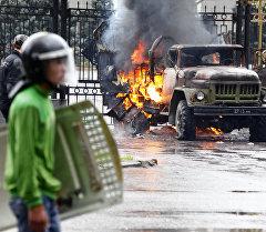 Сторонники оппозиции у белого дома во время апрельских событий. Архивное фото