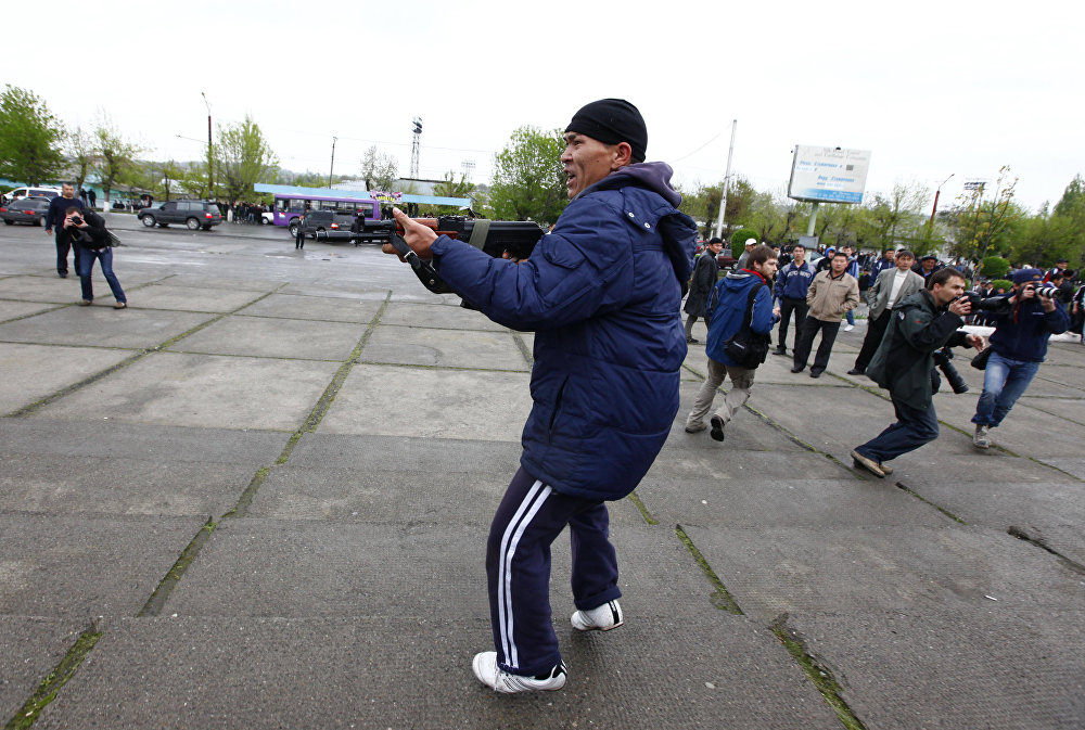 Митингчилерди оппозиция өкүлдөрү аянттан кууп чыккан