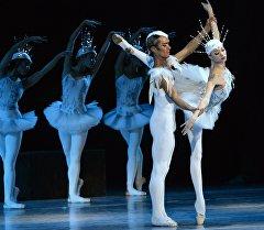 Сахнадагы балет бийчилери. Архив