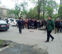 Бишкек шаарындагы Исанов-Чүй көчөлөрүнүн аймагында чет элдик жаранга ок атылган жайда милиция кызматкерлери.