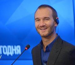 Меценат, писатель Ник Вуйчич на пресс-конференции.