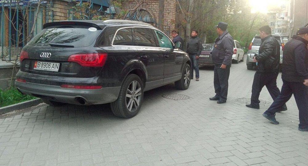 Сотрудники МВД на месте покушения на человека.