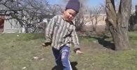 Шестилетний Сабыр пустился в пляс под ритмы кара жорго