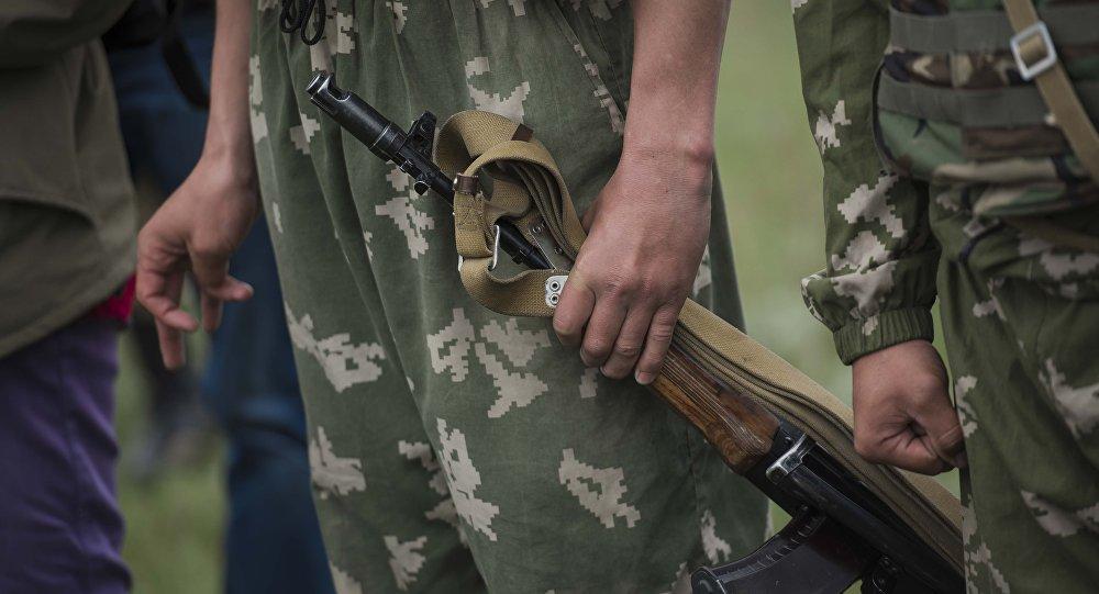 Военнослужащий с оружием. Архивное фото