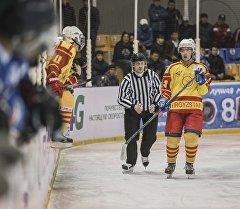 Кыргызстандын курама командасынын хоккеисти оюн учурунда. Архив