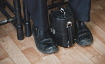 Портфель чиновника на заседании. Архивное фото