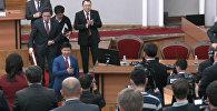 Өкмөт мүчөлөрү отставкага кеткен Темир Сариевди ордунан туруп кол чабу