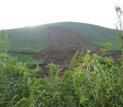 Жалал-Абад облусунун Сузак районундагы жер көчкү. Архив
