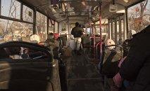 Пассажиры в троллейбусе. Архивное фото