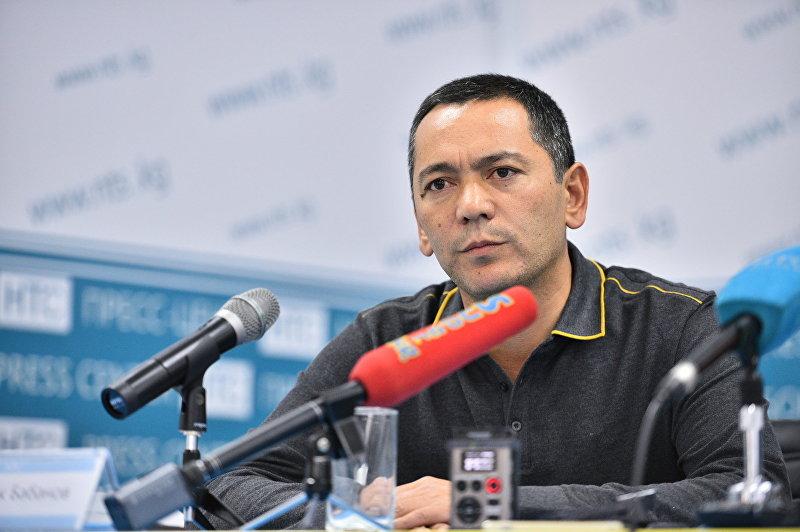 Кандидат в депутаты от партии Республика — Ата-Журт Омурбек Бабанов на пресс-конференции в Бишкеке.