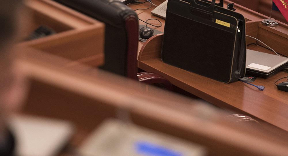 Портфель депутата на столе на заседании в Жогорку Кенеш. Архивное фото