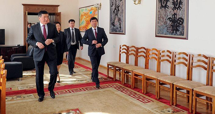 Премьер-министр Сооронбай Жээнбеков кызматын аткарууга киришкенин өкмөттүн маалымат кызматы билдирди